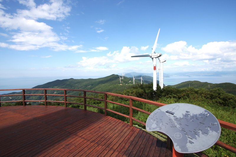 ウッドデッキからは風車群だけでなく、瀬戸内海と宇和海も一望できる。