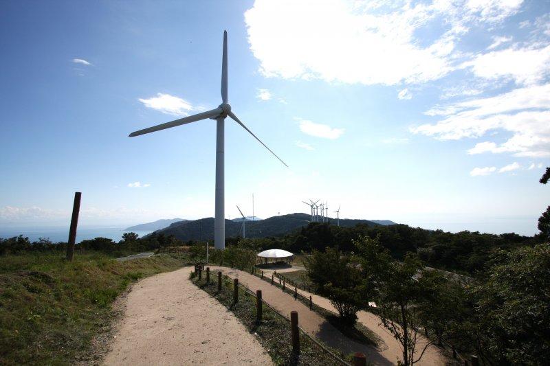 先端まで続く山並みの上に並んだ風車群の景色は、壮観。