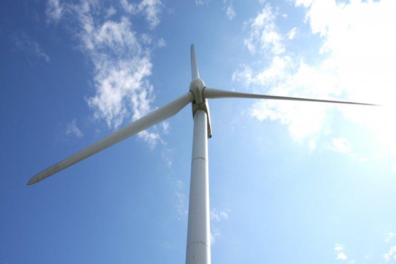 真下から見上げる風車の迫力に圧倒される。白亜の風車と空の青のコントラストは絶妙。