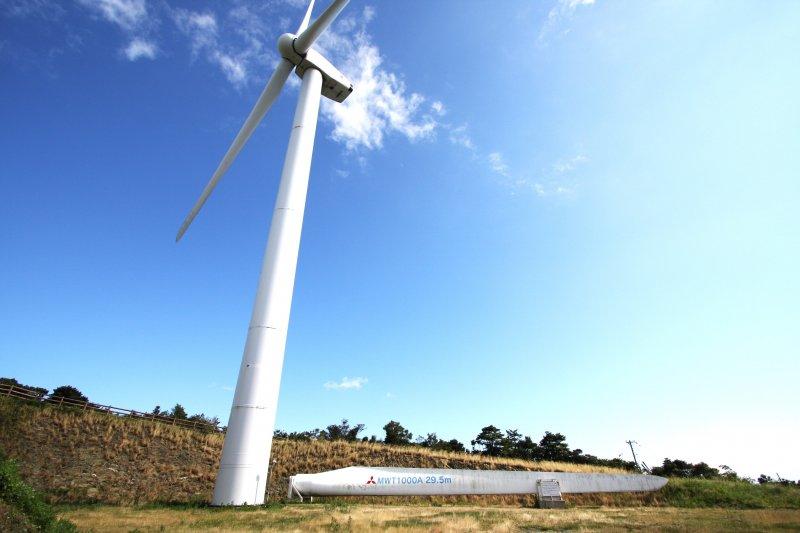 パーク内には、実際の風車の羽の一部を展示。見て、触れて、スケールの大きさを体感することができる。
